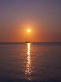 Einsame Bootssegel auf Meer Lizenzfreie Stockfotos