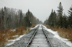 Einsame Eisenbahnspuren im Schnee lizenzfreies stockbild