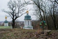 Einsame ernste nahe ncient Dreiheit christliche ortodox Kirche Stockbilder