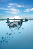 Einsame Flasche, die in Wasser schwimmt. Mitteilung lizenzfreies stockfoto