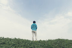Einsame Frau auf Abhang stockfoto