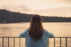 Einsame Frau, die abwesendes gekümmert in dem Fluss steht lizenzfreie stockbilder