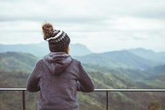 Einsame Frau, die den Berg steht und betrachtet Stockbild
