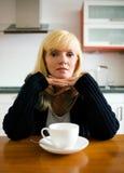 Einsame Frau, die frühstückt Stockfotografie