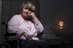 Einsame Frau im Erholungsheim lizenzfreies stockbild