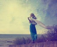 Einsame Frau im Türkis-Kleid mit wellenartig bewegendem Schal Lizenzfreie Stockfotos
