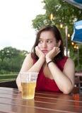 Einsame Frau mit Bier Stockbild