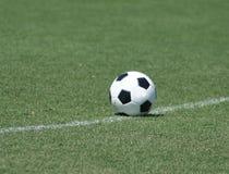 Einsame Fußballkugel Lizenzfreies Stockfoto