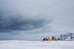 Einsame Häuser in der Winterzeit Stockbilder