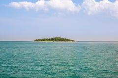 Einsame Insel blaues Paradise Tropische Insel Überraschender Strandhintergrund für Sommerreise und Ferienkonzeptentwurf stockbilder
