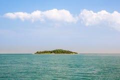 Einsame Insel blaues Paradise Tropische Insel Überraschender Strandhintergrund für Sommerreise und Ferienkonzeptentwurf lizenzfreie stockfotos