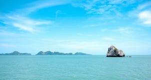 Einsame Insel und Meer Stockfotos