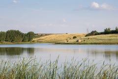 Einsame Kabine durch einen ruhigen See stockfotos