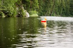 Einsame Kindergummiring mit dem Entenkopfschwimmen lizenzfreie stockbilder