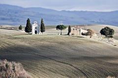 Einsame Kirche, Val d \ 'Orcia (Italien). Stockfotos