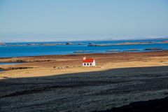 Einsame Kirche vor dem Meer in Island lizenzfreies stockbild