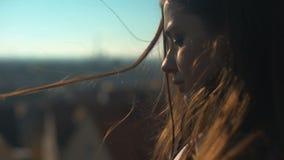 Einsame nachdenkliche junge Dame, die auf skydeck, persönliche Probleme des Umkippenesprits steht stock video footage