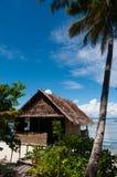 Einsame Nipa-Hütte auf Stelzen mit Palme an a lizenzfreies stockbild