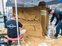 Einsame Planetenkünstler schaffen Sandskulptur in der Stadt von London Lizenzfreies Stockfoto