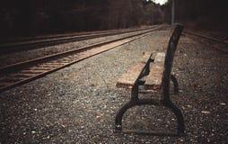 Einsame Plattform mit alter Bank im Herbst Stockfotografie