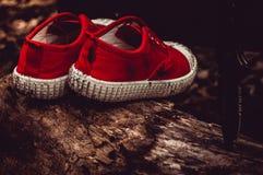 Einsame schmutzige Kind-` s Schuhe lizenzfreies stockbild