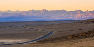 Einsame Straße durch Nationalpark Death Valley am Abend Lizenzfreie Stockbilder