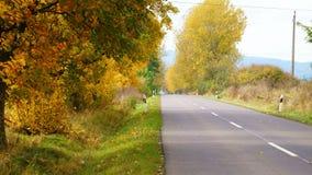 Einsame Straße im Herbst Stockbild