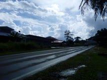 Einsame Straße nach Regen stockfotografie
