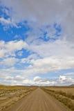Einsame Straße unter bewölktem Himmel stockfotos