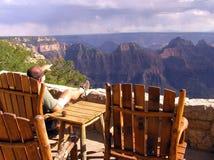 Einsame touristische schauende Grand Canyon -Nordkante lizenzfreies stockfoto