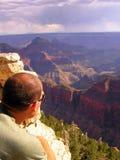Einsame touristische schauende Grand- Canyonnordkante lizenzfreie stockfotos