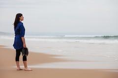 Einsame und deprimierte Frau, die das Meer aufpasst Lizenzfreie Stockfotos