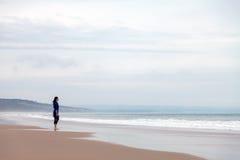 Einsame und deprimierte Frau, die das Meer aufpasst Stockfotografie