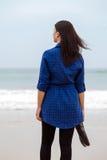 Einsame und deprimierte Frau, die vor dem Meer steht Lizenzfreie Stockfotos