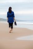 Einsame und deprimierte Frau, die vor dem Meer steht Stockfotos