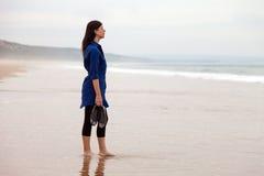Einsame und deprimierte Frau, die vor dem Meer steht Lizenzfreie Stockfotografie