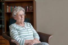 Einsame und traurige ältere Frau stockfotos