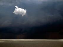 Einsame weiße Wolke. Lizenzfreies Stockbild
