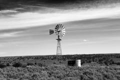 Einsame Windmühle lizenzfreies stockfoto