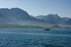 Einsame Yacht Lizenzfreie Stockfotografie
