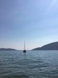 Einsame Yacht in der Seebucht Stockfoto