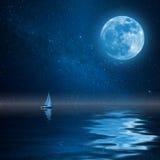 Einsame Yacht im Ozean mit Mond und Sternen stockfoto