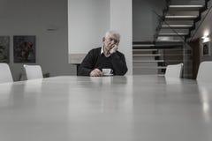 Einsamer älterer Mann stockfotografie