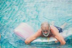 Einsamer Ältester, alter Mann, der am Pool allein am Pflegeheim spielt lizenzfreie stockfotografie