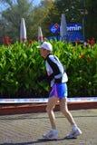 Einsamer alter Langstreckenläufer Stockfoto
