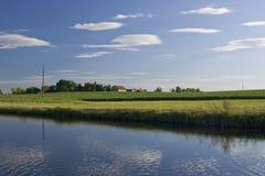 Einsamer Bauernhof auf dem Hügel Stockfotografie