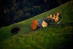 Einsamer Bauernhof in einem kleinen Dorf in den Bergen Lizenzfreies Stockfoto