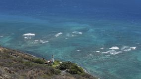 Einsamer Diamond Head Lighthouse und ruhiger Pazifischer Ozean gesehen von der Spitze Diamond Head-Kegels, Honolulu, Oahu-Insel,  stockbild