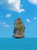 Einsamer Felsen im Meer Stockbilder