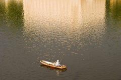 Einsamer Fischer in Prag lizenzfreie stockfotografie